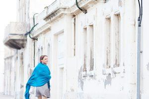 Annette laufend vor alter Häuserfront im Orient