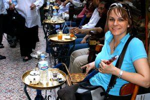 Annette im Khan el Khalili Bazar in Kairo