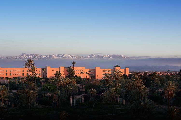 Hotel La Mamounia im Marrakesch vor dem Atlas Gebirge mit Schnee