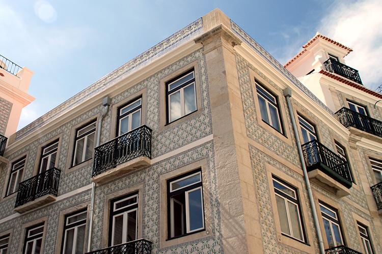 Häuserfassade_mit_Azulejos_in_Lissabon