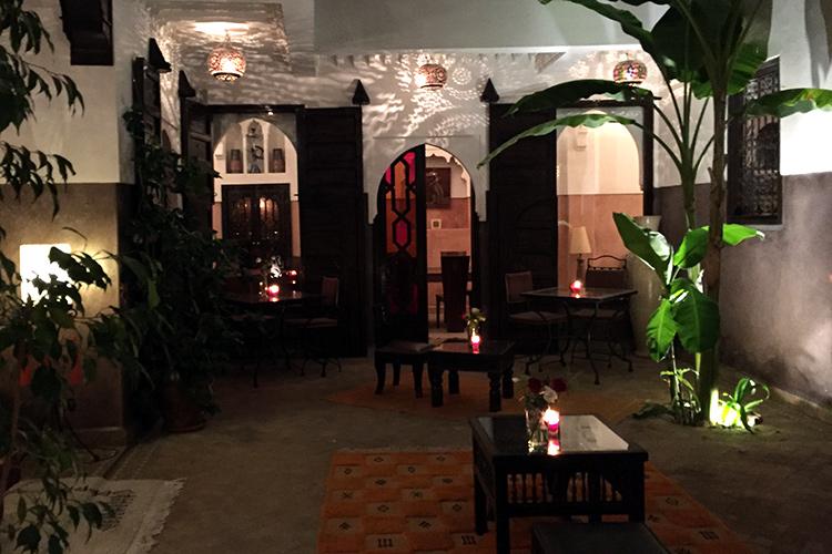 Riad Aya - Innenhof am Abend